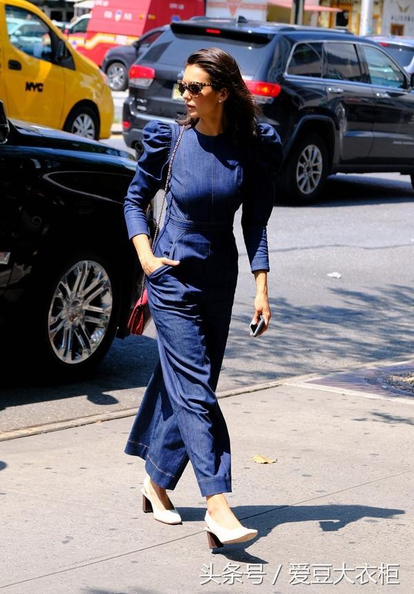 《吸血鬼日记》女主妮娜·杜波夫连体裤不单调,红色包包有心机