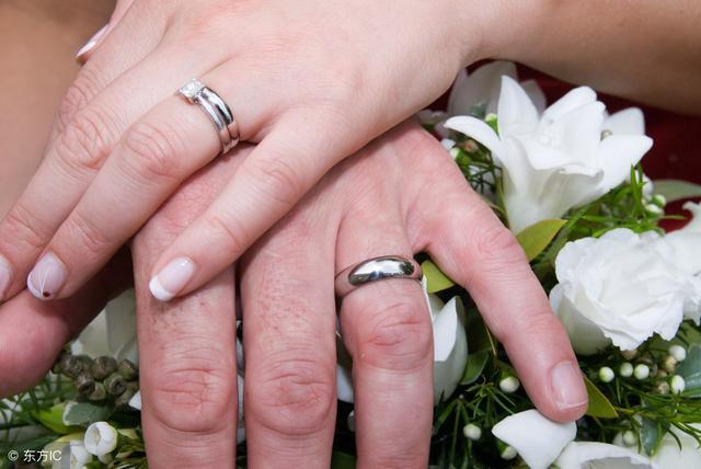 七夕情人节购买的情侣对戒应该佩戴哪根手指上面?小汉告诉你