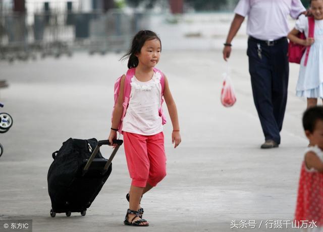 暑假快结束了,到城里与打工父母团聚的孩子陆续返乡,准备开学
