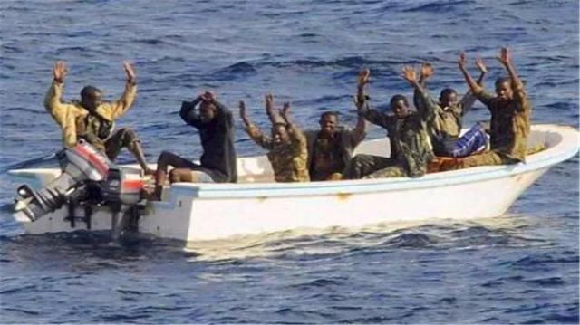 为何中国海军遇到海盗时,只是驱逐从不击毙,答案曝光!