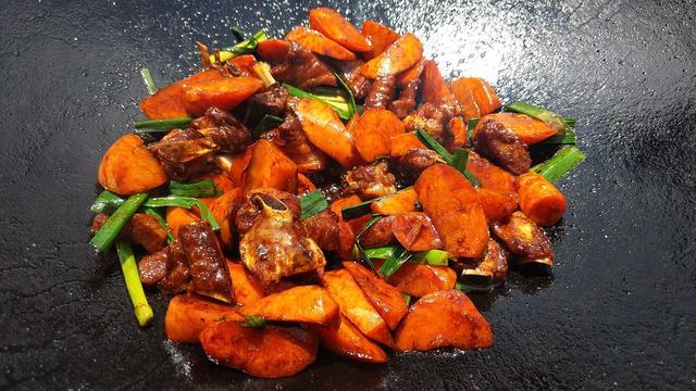 排骨的家常做法,和胡萝卜一起炒,美味又营养