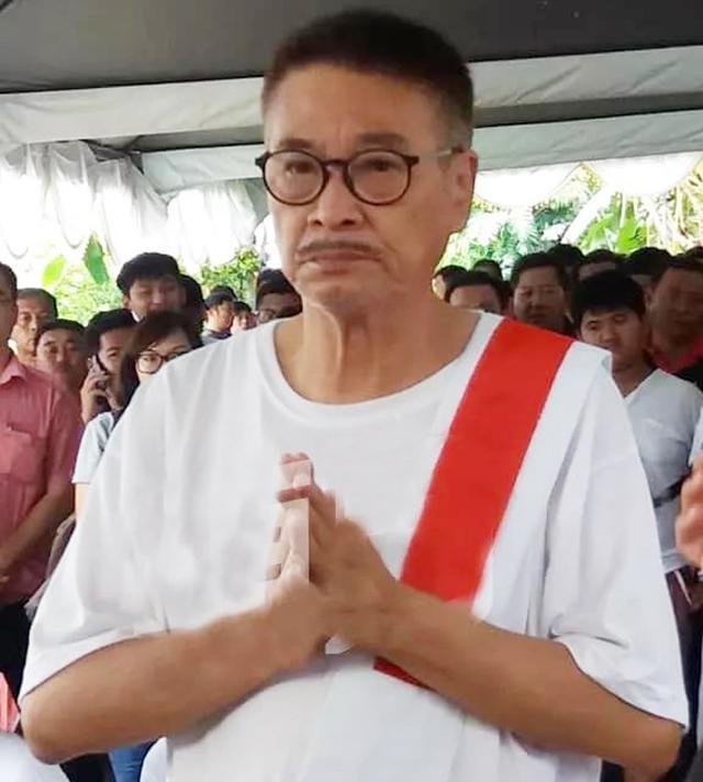 吴孟达身体堪忧依然现身岳父葬礼,400米路需儿子搀... _网易新闻