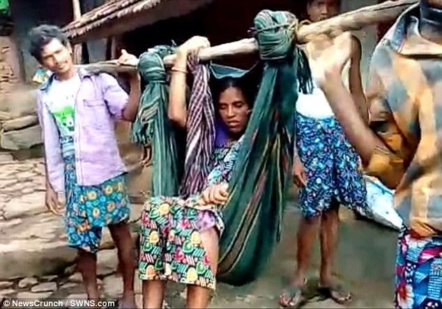 印度村妇突然路边生孩子 无奈用指甲石头割断宝宝脐带