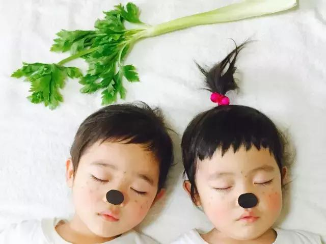 日本妈妈生了一对龙凤胎,竟然在孩子睡觉时偷偷……