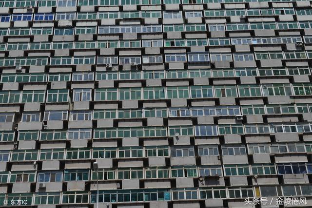 """16层居民楼共有300扇阳台,网友戏称为""""阳台大楼"""""""