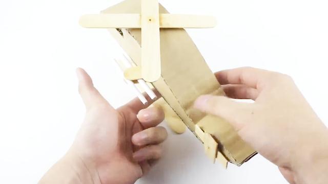 手工DIY:教你用旧纸板做个飞机模型,快来试试吧