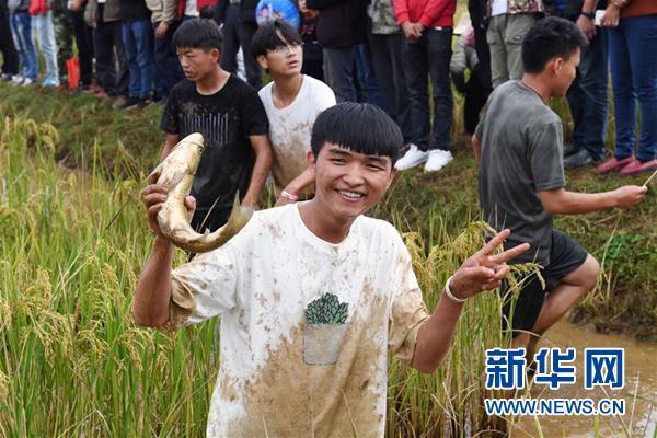 云南彝族有个节日:男女一旦对上了眼,就会手牵... _手机搜狐网