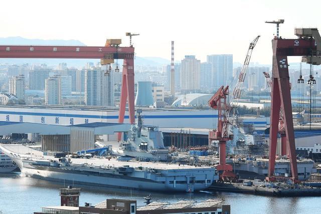 """中国双体航母来了?该艘""""怪船""""双体亮相,长相怪异还可自动变形"""
