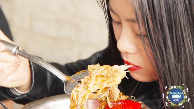 尖椒最好的搭档是金针菇,这样做的吃,非常的下饭... _东方头条