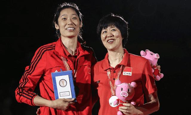 世锦赛颁奖礼朱婷郎平最抢镜,惠若琪别样身份给女排助力