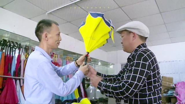 第113集:民间大叔发明反向车载伞,关伞不湿身有车一族疯抢