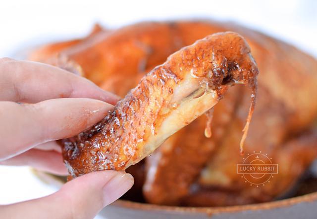 三伏天这么吃鸡最简单,不用开火就做好,软烂入味,一只不够吃