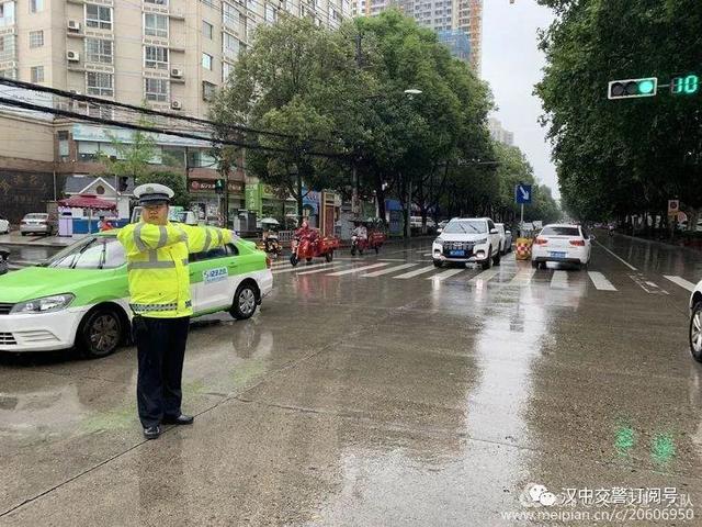 汉中交警雨中坚守执勤一线 保障市民出行安全
