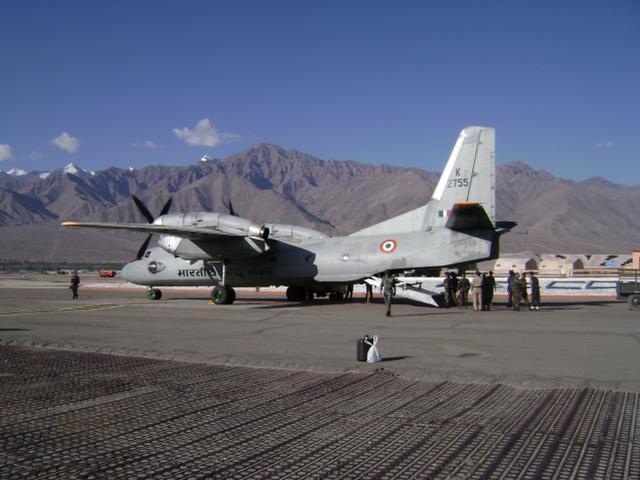 俄媒:印军继续向中印边境增派军机,并修建可当跑道的公路