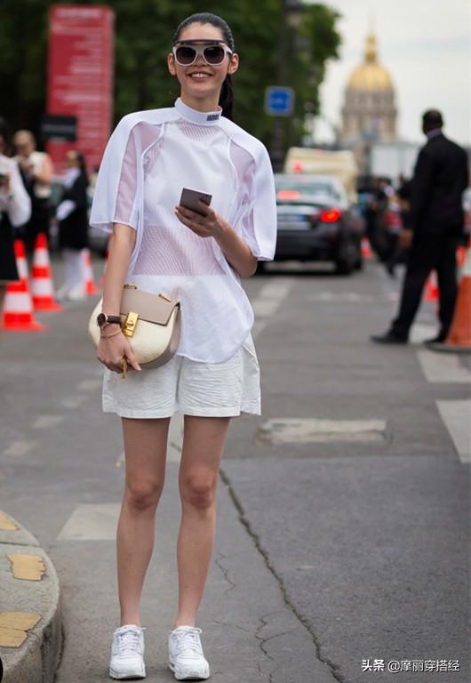 街拍短裤美女大白腿