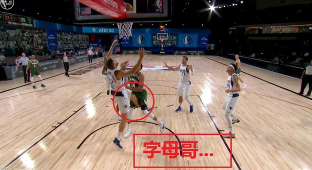 【影片】看著都疼!字母哥突破被一腳猛踢襠部,一聲大吼後倒地,解說員:這讓我想起了追夢綠!-黑特籃球-NBA新聞影音圖片分享社區
