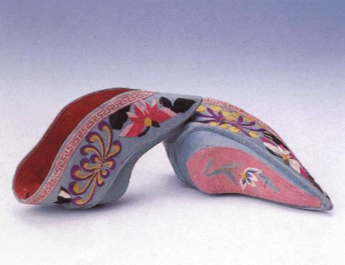 古人穿鞋進化史:最早的皮鞋是獸皮包腳,窮苦人家只能穿草鞋