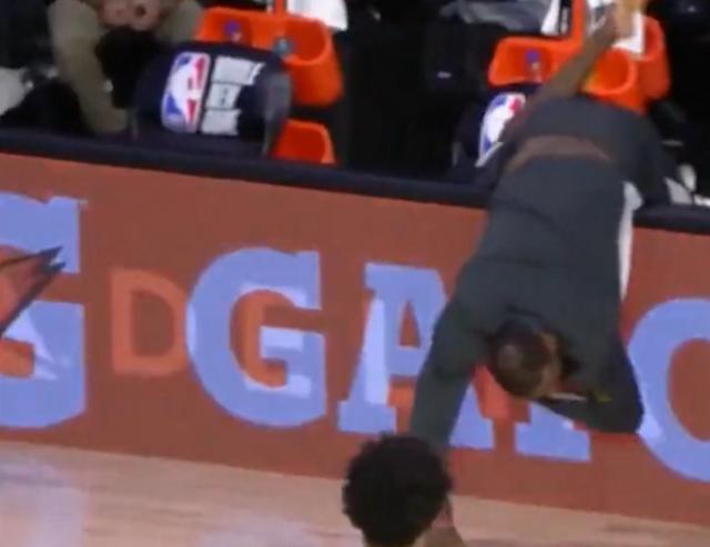 【影片】接地氣!詹姆斯光腳坐場邊,為撿界外球險「撲街」,全場樂成一團!-籃球圈
