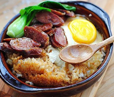 臘腸煲仔飯,臘腸香甜,浸潤了湯汁的米飯特別香,鍋巴金黃香脆