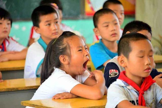 孩子上课不停地打瞌睡,被老师拍照发家长群,孩子爸的回复亮了