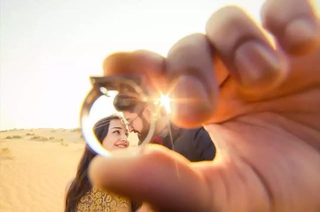 情侣戴戒指拍照的手势