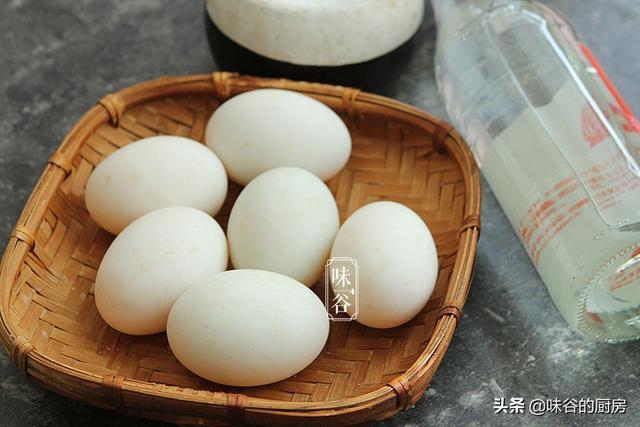 腌鸭蛋别只会加盐,多加一样调料,做出来的鸭蛋轻松起沙,超级香