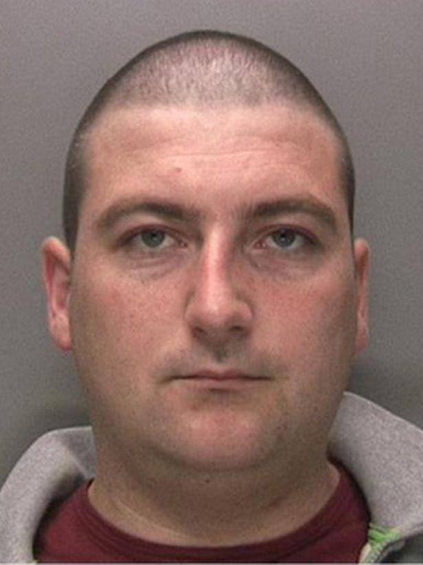 英国女狱警疯狂迷恋毒枭囚犯,带蛋糕卡片到监狱为其庆生被捕入狱