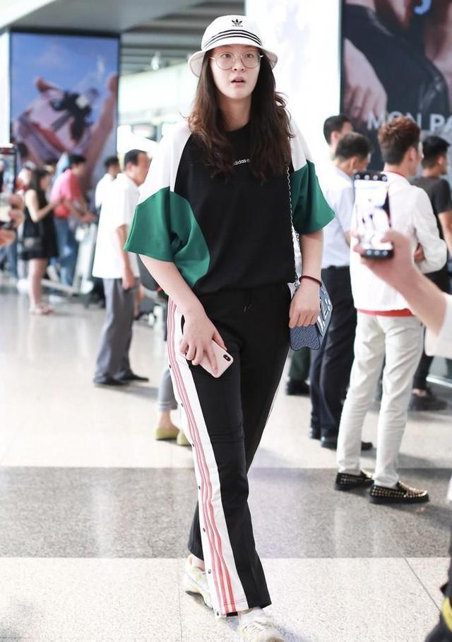 28岁惠若琪现身机场,身材高挑很漂亮,解说工作受好评 第5张