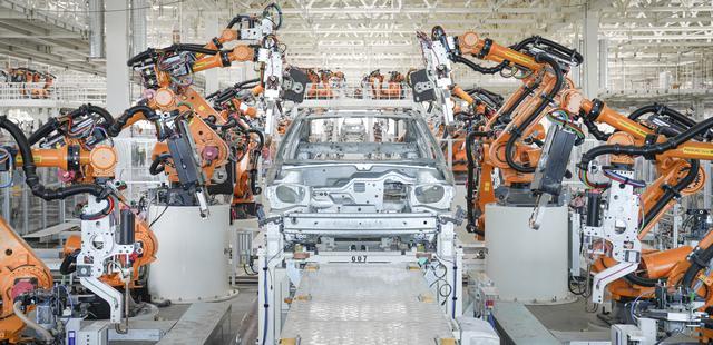 满眼黑科技!探访被机器人占领的恒大汽车基地