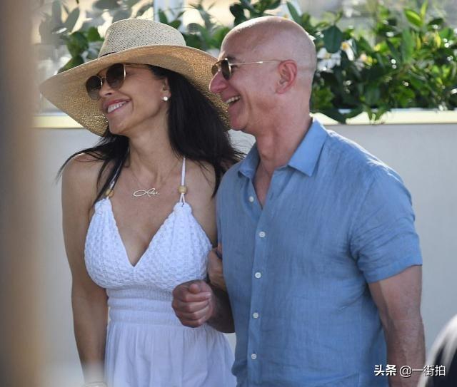 世界首富贝佐斯与49岁新欢度假,露腰背心配长裙,水蛇腰不输前妻