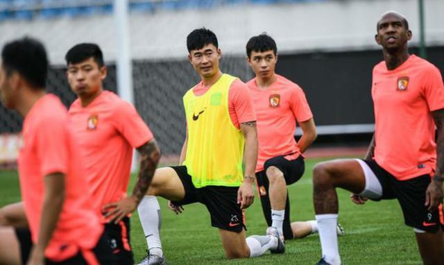 广州恒大球员在重庆奥体中心训练,中超第7轮恒大客场对阵重庆