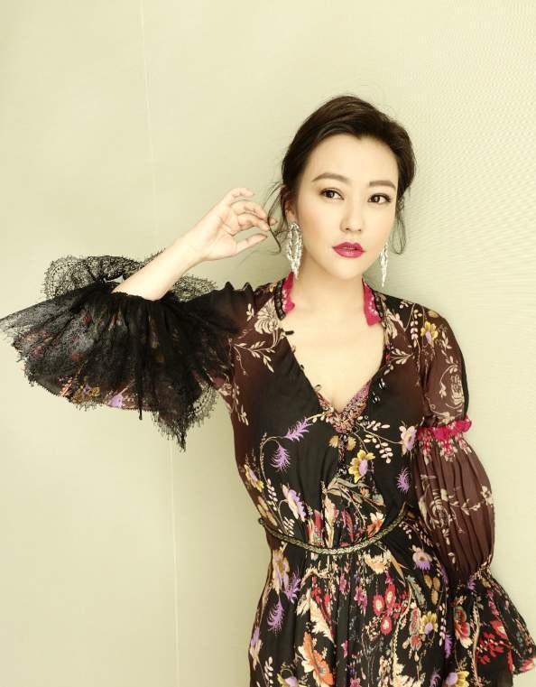 娜奥米·斯科特颜值在线,红色拖地连衣裙公主范穿着满满高级感
