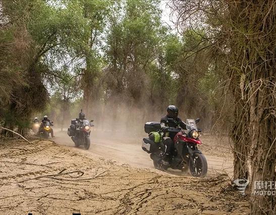 铃木150摩托车