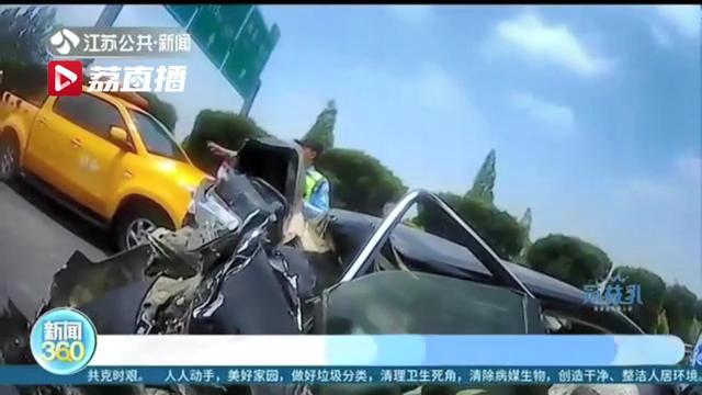 小货车高速上强行并道碰上大货车分心驾驶,导致三车追尾多人受伤