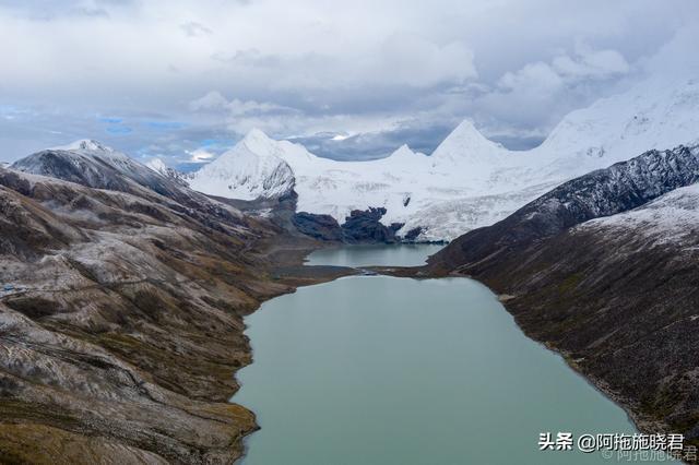 西藏苍茫的雪山图片