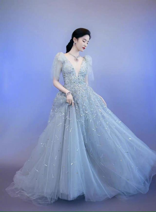刘亦菲镂空深v礼服