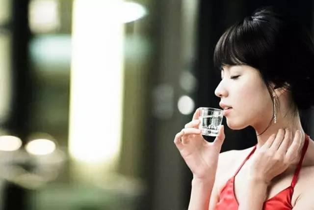 喝红酒女人霸气图片