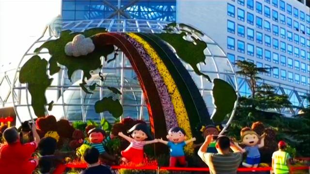12处立体花坛扮靓北京长安街,每个花坛都有自己的主题,喜迎国庆