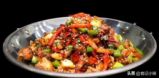 香辣干锅鸡的家常做法,香辣爽口下饭快,天冷时做一锅,越吃越香