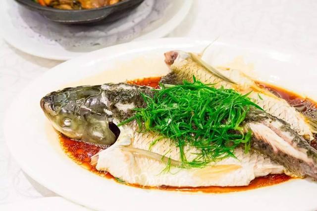 广东名厨制作清蒸鲩鱼,这样做才是最地道的非常好吃哦!