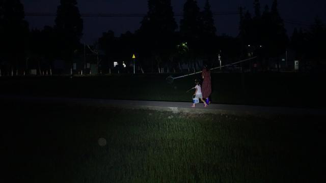 带上极蜂强光手电筒,为孩子照亮夜晚探索之路