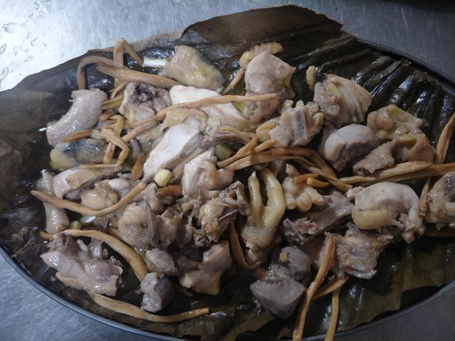 广东粤菜大厨制作正宗荷叶蒸鸡,淡淡的荷叶香肉质爽滑好味!