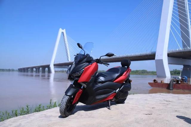 雅马哈日雅踏板摩托车