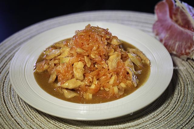柚子不仅是水果,还可以炒菜,炒一道酸甜开胃菜,上桌就抢着吃