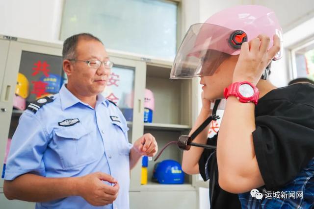 运城市区8个居民区交通安全劝导站启用 500个共享头盔免费使用