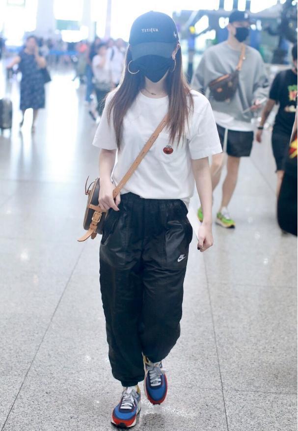 皮裤女王邓紫棋终于放弃皮裤了!宽松裤真是太潮流了,谁穿谁好看