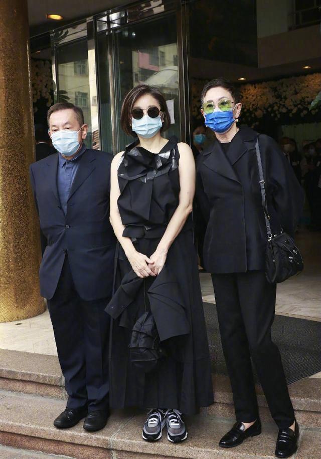林青霞外出逛街,一身休闲装遮不住富态,脖颈系丝巾感觉好憋气
