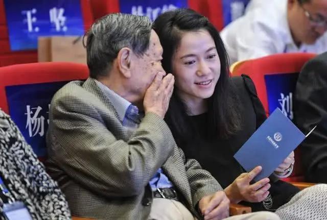 82岁的杨振宁为何会娶28岁的翁帆?看到前妻照片才明白_网易新闻