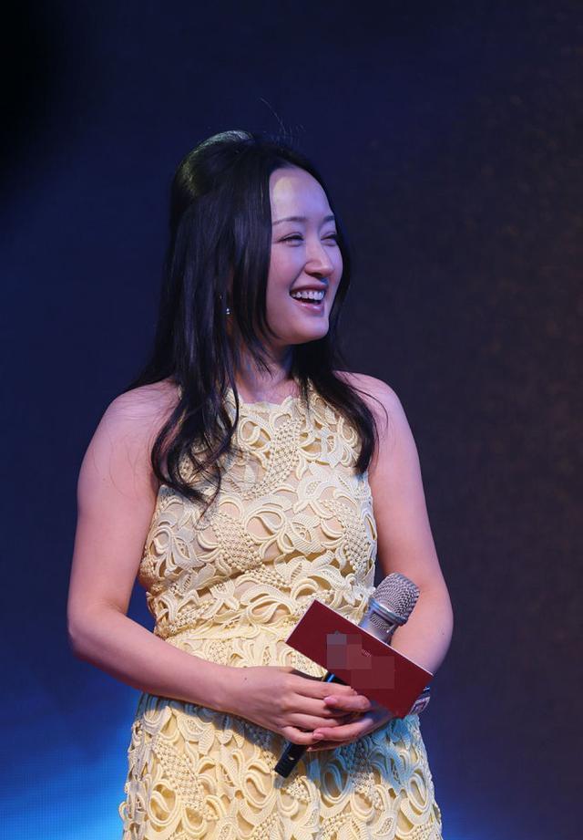 """甜歌皇后杨钰莹与""""女汉子""""同台比美,秀肌肉却像仙女散花!"""