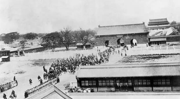 其实真实的皇帝出行比电视里简单, 1905年光绪走在天安门广场